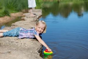 kidputtingboatinwater